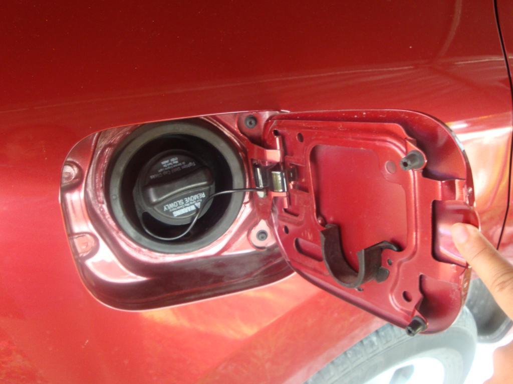 2010 Nissan Rogue Fuel Door Doesn T Lock Shut 1 Complaints